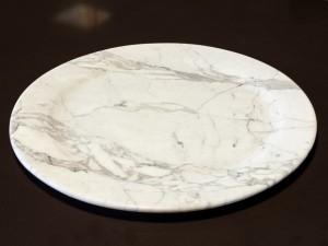 Sousplat em mármore carrara - produto assinado Gruta Mármores e Granitos
